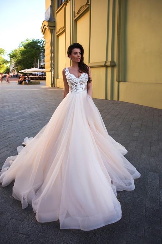 32e153eb Catalissa 2020 unik brudekjole med blonder og tyl og stram talje