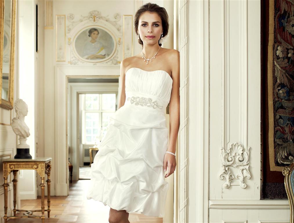 2e26c6a3 Kort brudekjole uden bælte