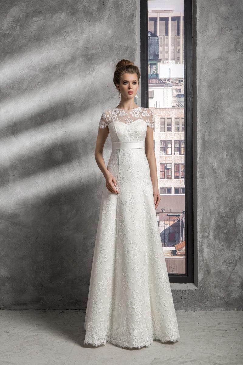 1143053f Blonde brudekjole 2019 med ærmer og krops tæt stof. Brudekjolen med smukke  detaljer.
